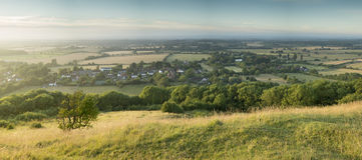 Ansicht über englische Landschaftslandschaft während des Spätsommervorabends Lizenzfreie Stockbilder