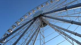 Ansicht über Ferris Wheel am Vergnügungspark Divo Ostrov in St Petersburg Russland stock video
