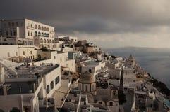 Ansicht über Fira-Stadt lizenzfreie stockbilder