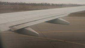 Ansicht über Flügel mit Bremsen weg während der Landung stock video