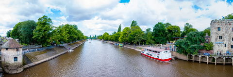 Ansicht über Fluss Ouse und Brücke in der Stadt von York, Großbritannien Lizenzfreie Stockbilder