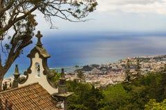 Ansicht über Funchal in Madeira-Insel vom botanischen Garten des Hügels, katholisches Symbol Lizenzfreies Stockbild