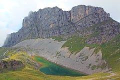 Ansicht über Gebirgskette und Gebirgssee in den Alpen (rofan) Lizenzfreie Stockbilder