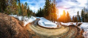 Ansicht über Gebirgsstraße, Alpen die Schweiz Wald und Wintersonne lizenzfreies stockfoto