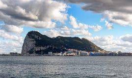 Ansicht über Gibraltar-Felsen von der spanischen Stadt La Linea de la Concepción Stockbild