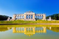 Ansicht über Gloriette in Schonbrunn-Palast stockbild