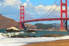 Ansicht über Golden gate bridge vom Bäcker Beach. Lizenzfreie Stockfotografie