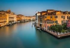 Ansicht über Grand Canal von Accademia-Brücke bei Sonnenaufgang Lizenzfreies Stockbild