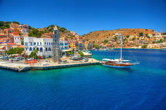 Ansicht über griechischen Meer-Simy-Insel-Hafenhafen, klassisches Schiff yachts, Häuser auf Inselhügeln, Bucht Touristen Ägäische lizenzfreies stockbild