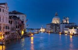 Ansicht über großartigen Kanal in Venedig nachts Lizenzfreie Stockbilder