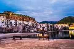 Ansicht über habour und alte Häuser in Cefalu nachts, Sizilien Lizenzfreie Stockfotografie
