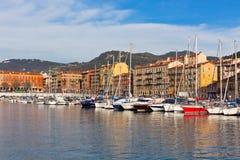 Ansicht über Hafen von Nizza und Luxusyachten, Frankreich Lizenzfreie Stockfotos