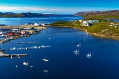 Ansicht über Hafen von Norwegen mit Kleinstadt stockbild