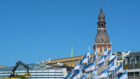 Ansicht über Hauben-Quadratturm von der Bank von Daugava in Riga, Lettland an einem sonnigen Sommertag stock footage