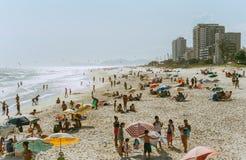 Ansicht über hellen sonnigen Sommerstrand von Rio de Janeiro stockfotografie