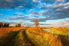 Ansicht über Herbstlandschaft von Fluss und von Bäumen am sonnigen Tag Stockfoto