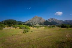 Ansicht über hohen Berg und Felder am sonnigen Tag Lizenzfreie Stockbilder