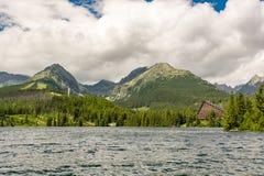 Ansicht über hohes Tatras in Slowakei vom Strbske Pleso See lizenzfreie stockfotografie