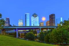 Ansicht über im Stadtzentrum gelegenes Houston herein spät Stockfotografie
