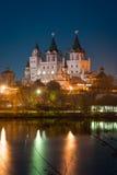Ansicht über Izmaylovos den Kreml von Izmaylovskiy-Insel in der Nacht Lizenzfreies Stockfoto