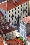 Ansicht über kleinen öffentlichen Platz zwischen Altbauten Lizenzfreies Stockbild
