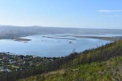 Ansicht über Knysna mit der berühmten großen blauen Lagune in Südafrika Stockbild