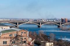 Ansicht über Krasnoyarsk und Brücke über dem Fluss stockbild