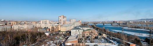 Ansicht über Krasnoyarsk und Brücke über dem Fluss stockbilder