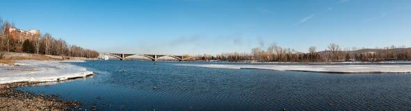 Ansicht über Krasnoyarsk und Brücke über dem Fluss lizenzfreie stockbilder
