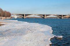 Ansicht über Krasnoyarsk und Brücke über dem Fluss lizenzfreies stockfoto