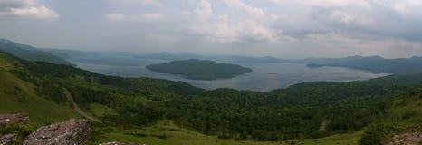 Ansicht über Kussharo See von der szenischen Bihoro-Durchlaufstraße Lizenzfreies Stockfoto
