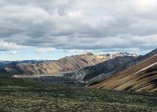 Ansicht über Landmannalaugar und das Laugahraun-Lavafeld von der Spitze Brennisteinsalda-Berges, Island lizenzfreie stockfotos