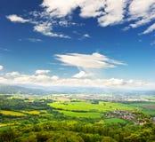 Ansicht über Landschaft mit Feldern und Ackerland Lizenzfreies Stockbild