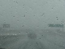 Ansicht über Landstraße durch nasses Fenster Stockfotos