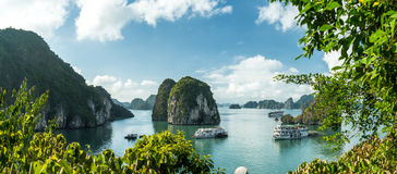 Ansicht über lange Bucht Ba Tu lizenzfreie stockbilder