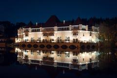 Ansicht über lebenden Palast oder Schloss auf Teich am Gebiet von VDNH in der Nacht Lizenzfreies Stockfoto