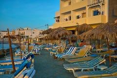 Ansicht über leeren allgemeinen Strand mit schönem Sonnenschutz, Regenschirmen und Ruhesessel in der sandigen Küstenlinie stockbild