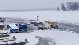 Ansicht über Lido-Strand in gefrorenem Fluss Donau Stockfotografie