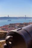 Ansicht über Lissabon mit altem Metallkanonenstamm Lizenzfreie Stockfotos