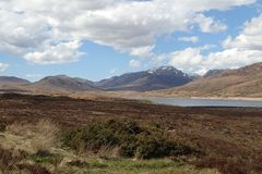 Ansicht über Loch Glascarnoch zu Beinn Dearg u. zu Cona Mheall stockfoto