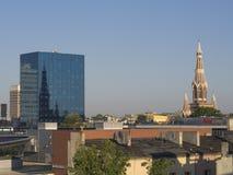 Ansicht über Lodz-Stadtzentrum mit Wolkenkratzer und altem cathe des roten Backsteins Lizenzfreie Stockfotografie