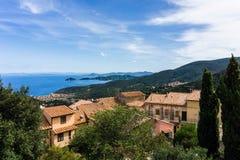 Ansicht über Marciana Marina-Bucht von Marciana Alta-Dorf lizenzfreie stockfotos