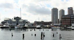 Ansicht über Marinesoldaten und Segelboote von Boston-Hafen lizenzfreie stockfotografie