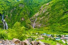 Ansicht über Marsyangdi-Fluss und Tal-Dorf auf Annapurna umkreisen, Nepal lizenzfreie stockfotos