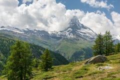 Ansicht über Matterhorn, die ikonenhaftste Spitze von der Schweiz stockfotografie