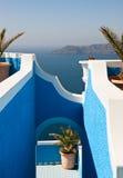 Ansicht über Meer durch blauen Bogen Stockbild