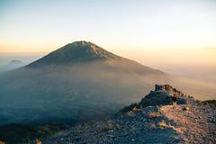 Ansicht über Merbabu-Vulkan von Merapi-Berg Stockbilder