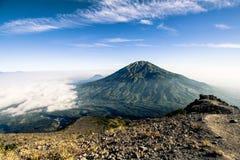 Ansicht über Merbabu-Vulkan von Merapi-Berg Stockbild