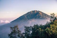 Ansicht über Merbabu-Vulkan von Merapi-Berg Stockfoto