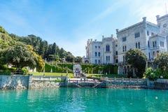Ansicht über Miramare-Schloss in Italien Stockfotos